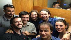 Juanma del Olmo, Gerardo Pisarello, Ada Colau, Pablo Iglesias, Irene Montero y Jaume Asens se hacen un selfi en el ascensor.