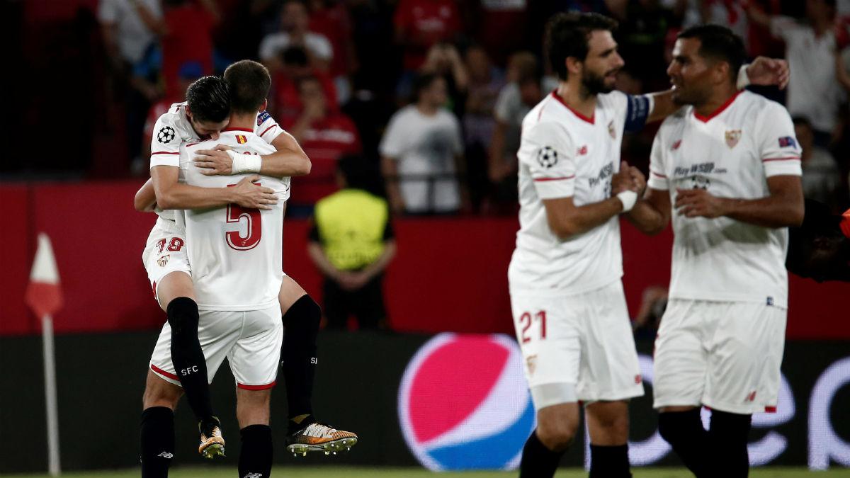 Los jugadores del Sevilla celebran el gol de Escudero. (Getty)