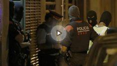 Agentes del GEI (Grupo Especial de Intervención) de los Mossos d'Esquadra, durante el registro a una vivienda de la calle Ignasi Iglesias de Vilafranca del Penedés (Barcelona) relacionado con la investigación de los atentados yihadistas. Foto: EFE