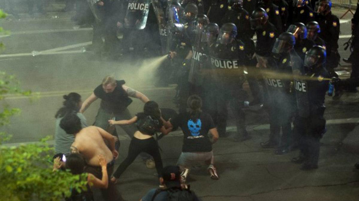 La Policía intenta sofocar unas protestas con gases lacrimógenos tras un mitin del presidente de los EEUU, Donald Trump. Foto: AFP