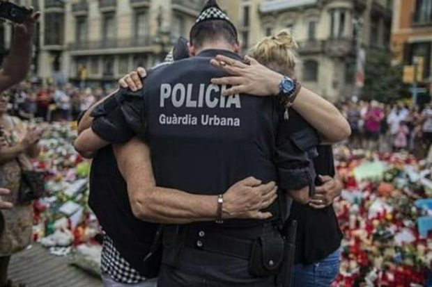 Un policía se lamenta en la Rambla.