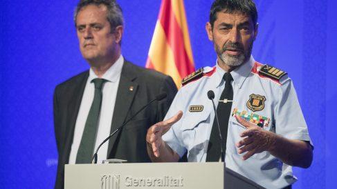 El ex conseller de Interior Joaquim Forn y Josep Lluís Trapero, en una rueda de prensa convocada para informar sobre el atentado de Las Ramblas (Foto: EFE).