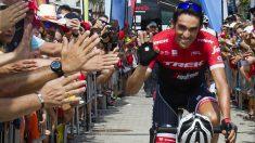 Contador saluda a los aficionados tras una nueva jornada brillante en La Vuelta. (AFP)