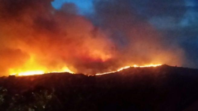 El viento y las altas temperaturas reavivan el incendio de Chandrexa de Queixa (Orense)