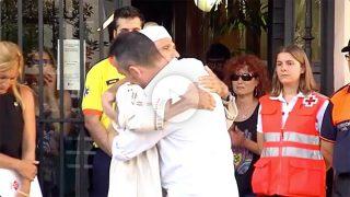 El padre de Xavi, el niño de 3 años muerto en La Rambla, se abraza al imán de Rubí, pueblo natal del pequeño.