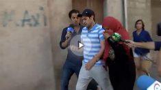 Mohamed Aalla, en libertad tras prestar declaración ante el juez, sale de su piso con su madre.