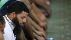 Musulmanes rezando este viernes en la mezquita de la M-30 (Foto: EFE)