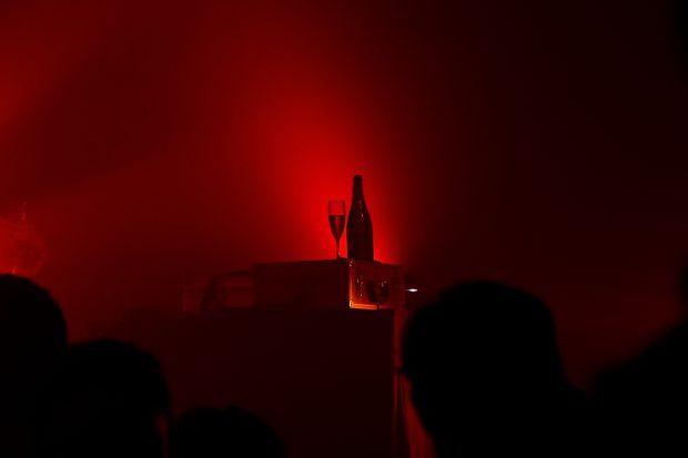 Varg le dedicó más atención a esta botella de champán que a su actuación. Foto: Patricia Nieto Madroñero