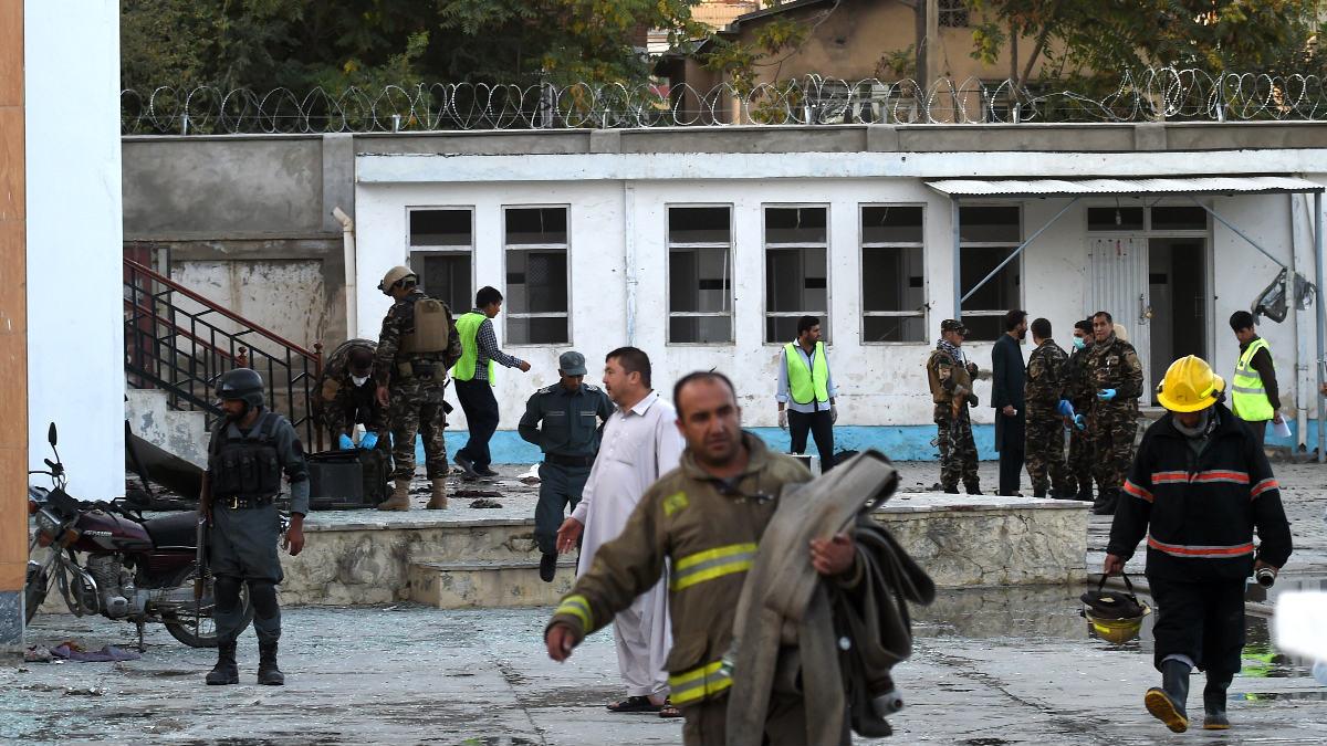 Policías y personal sanitario en el lugar del atentado (Foto: AFP).