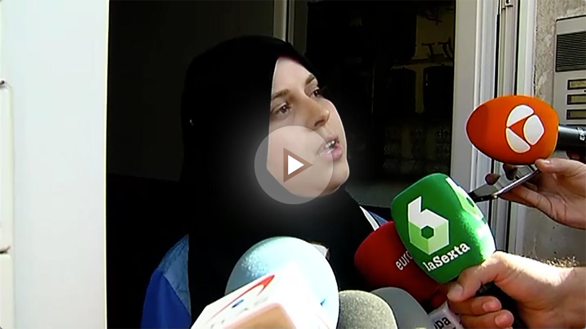 La mujer de Salah El Karib atendiendo a los medios.
