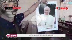 "Un terrorista del ISIS amenaza con ""llegar a Roma"" rompiendo una foto del Papa."