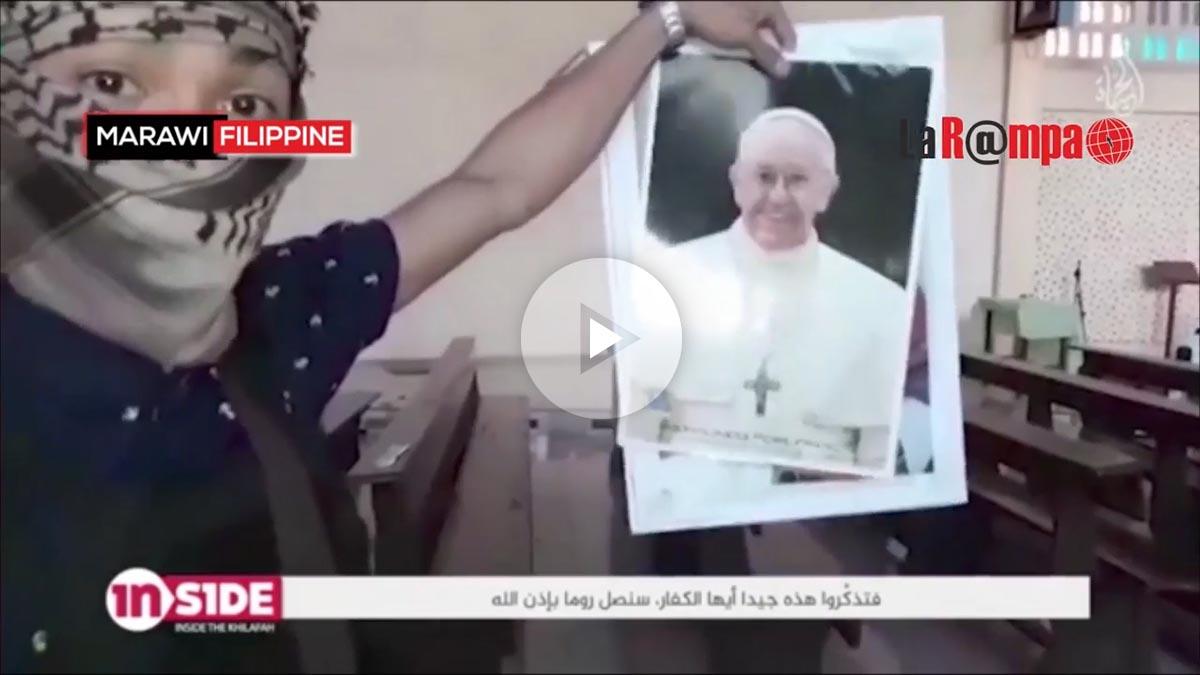 Un terrorista del ISIS amenaza con «llegar a Roma» rompiendo una foto del Papa.