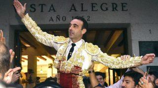 Enrique Ponce a hombros en Bilbao este viernes (Foto: Efe).