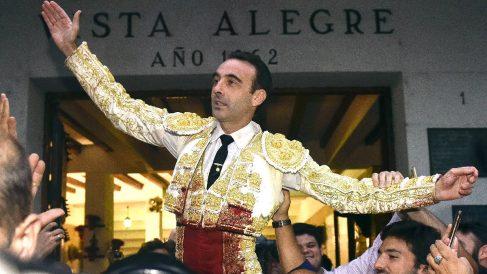 Enrique Ponce a hombros en Bilbao el pasado año (Foto: Efe).