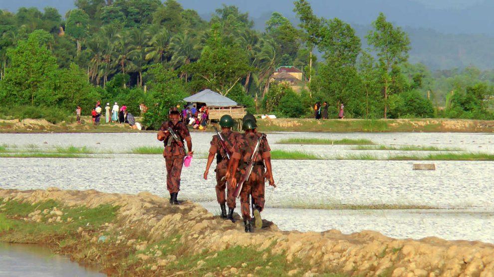 Rohingyas en la frontera entre Birmania y Bangladesh, cuyos militares controlan el paso. (AFP)