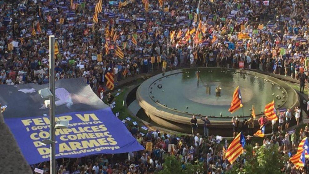 Pancartas contra Felipe VI en la manifestación por las víctimas de los atentados del 17-A.