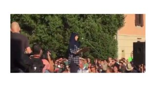 La hermana de los terroristas, en la manifestación de Ripoll.