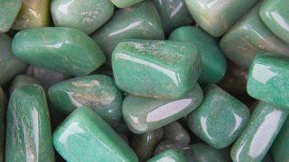 El jade tiene dos variedades: jadeita y nefrita
