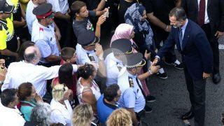 El Rey salud a Mossos y otras personas de la cabecera de la manifestación (Foto: Efe).