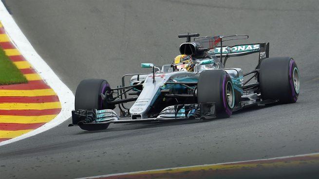 """Hamilton aguanta el empujón de Vettel y Alonso explota y abandona: """"¡Es vergonzoso!"""""""