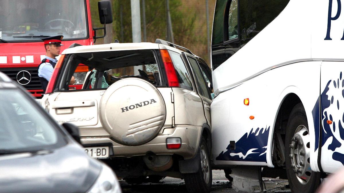 Imagen del todoterreno chocando con el autobús (Foto: Efe).