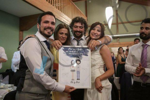Las fotos de dentro de la boda de lujo de Alberto Garzón con el novio montado en un toro mecánico