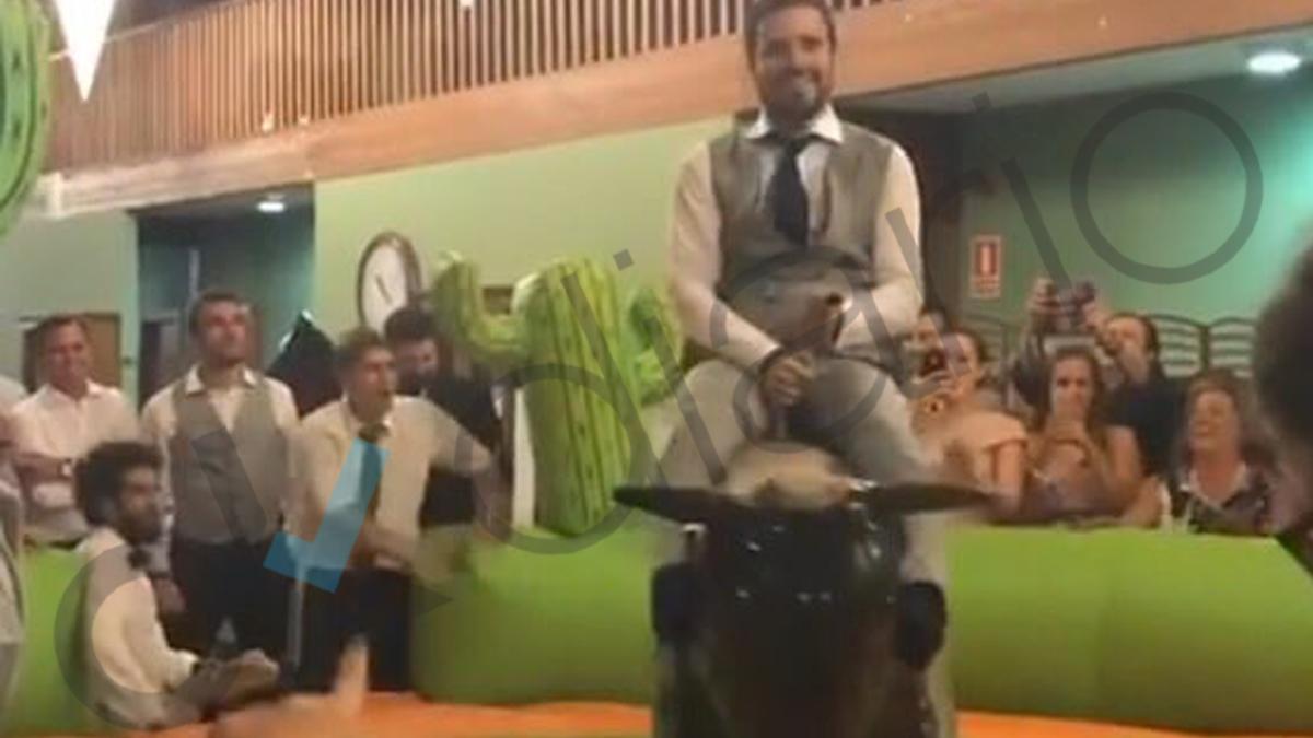 Alberto Garzón montado en el toro mecánico que animó el banquete de su enlace con Anna Ruiz.