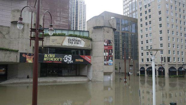 Un teatro de la ciudad de Houston practicamente debajo del agua. Foto: AFP