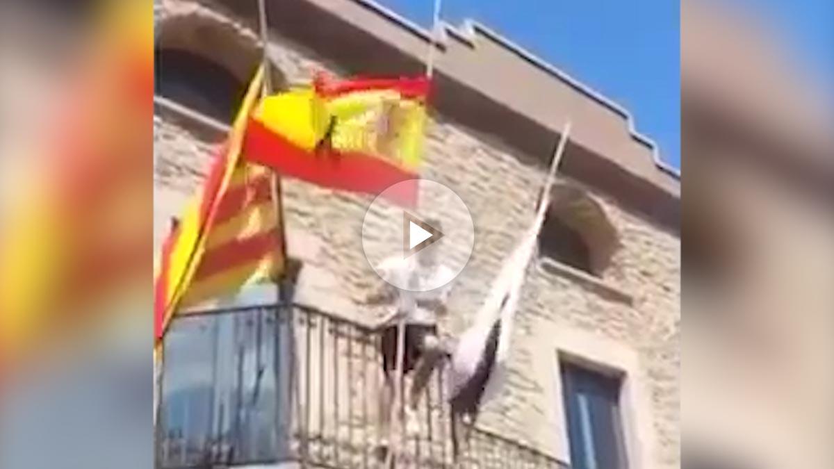 Momento en que el hombre iza la bandera