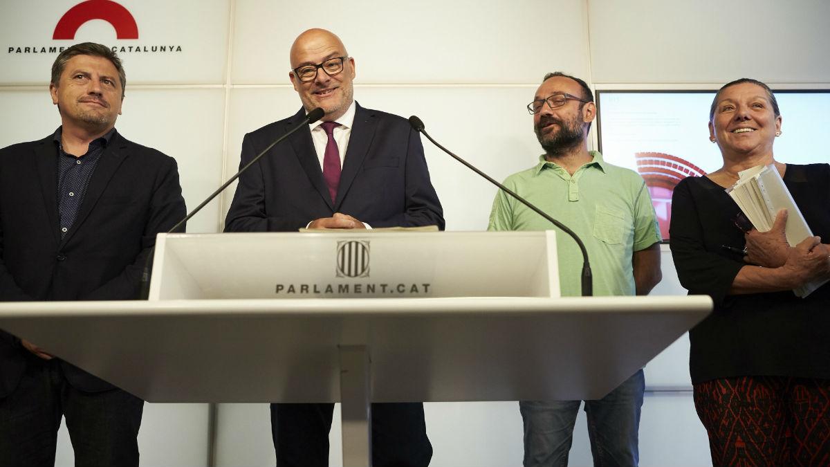 Representantes de la CUP y Junts pel Sí en el Parlamento de Cataluña.