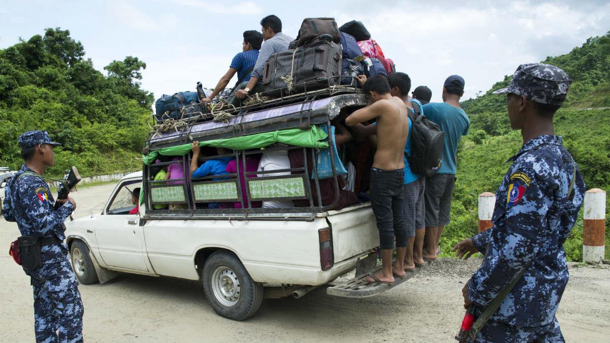 Miles de personas de etnia rohingya huyen de Birmania a Bangladesh. (AFP)