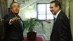 Juan Ignacio Zoido y Abel Caballero, presidente de la FEMP, en la sede del Ministerio del Interior. (EFE)