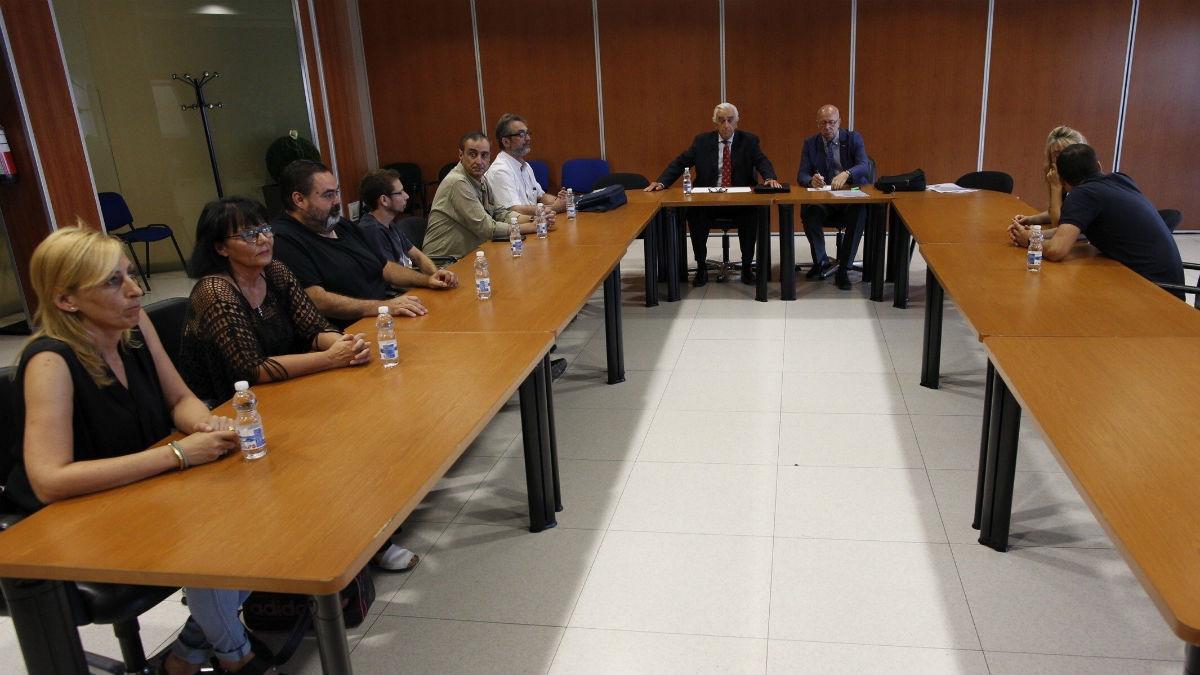 Los miembros del comité de empresa de Eulen durante la reunión con Marcos Peña el pasado 23 de agosto (Foto:Efe)