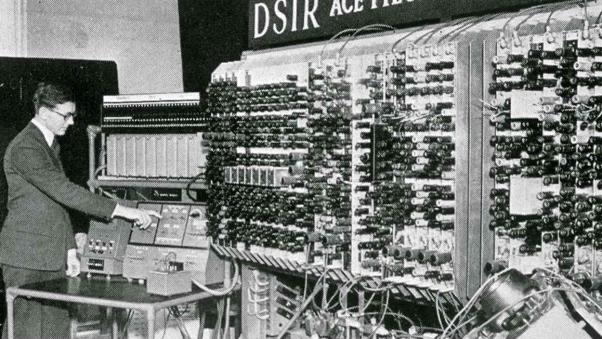 Alan Turing, junto a la máquina con la que descifró el código 'Enigma' de los nazis, en Bletchley Park.