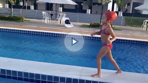 La pequeña, antes de lanzarse a la piscina