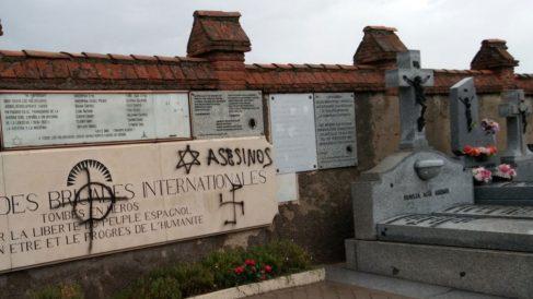 Símbolos nazis y pintadas antisemitas en las tumbas de las Brigadas Internacionales del cementerio de Fuencarral (Madrid).