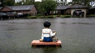 Un adorno flota en una de las calles de Houston anegadas por el huracán Harvey. (AFP)