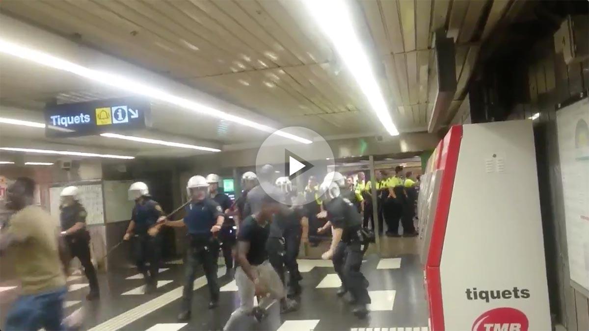 Manteros se enfrentan a la Guardia Urbana