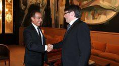 Carles Puigdemont y el embajador de Qatar en España se saludan.