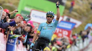 Miguel Ángel López celebra su triunfo en la cumbre de Calar Alto. (AFP)