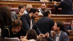 Alberto Garzón y Pablo Iglesias hablan durante la sesión del Congreso. (Foto: Francisco Toledo)