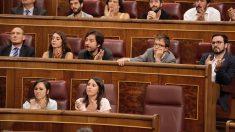 La bancada de Podemos escucha a Pablo Iglesias durante su intervención. (Foto: Francisco Toledo)