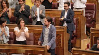 La bancada de Podemos aplaude a Pablo Iglesias después de su intervención. (Foto: Francisco Toledo)