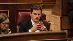 Albert Rivera mira el móvil durante la sesión de hoy. (Foto: Francisco Toledo)