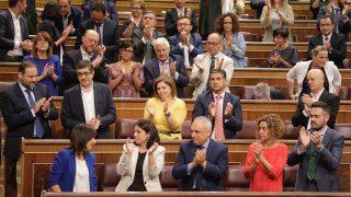La bancada socialista aplaude a Margarita Robles. (Foto: Francisco Toledo)