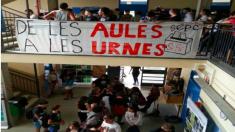 Centro de enseñanza con carteles a favor de la huelga estudiantil en Cataluña.