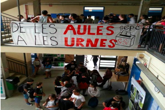 Instituto con carteles a favor de la huelga estudiantil en Cataluña.