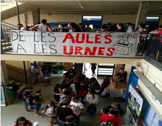 Decenas de colegios dispuestos a abrir el 1-O desafían la ley izando banderas independentistas