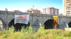 Manuela Carmena tarda un día en retirar la estelada colocada por Arran en el Puente de Segovia (Foto: Efe)