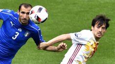 Chiellini disputa un balón con Silva. (AFP)